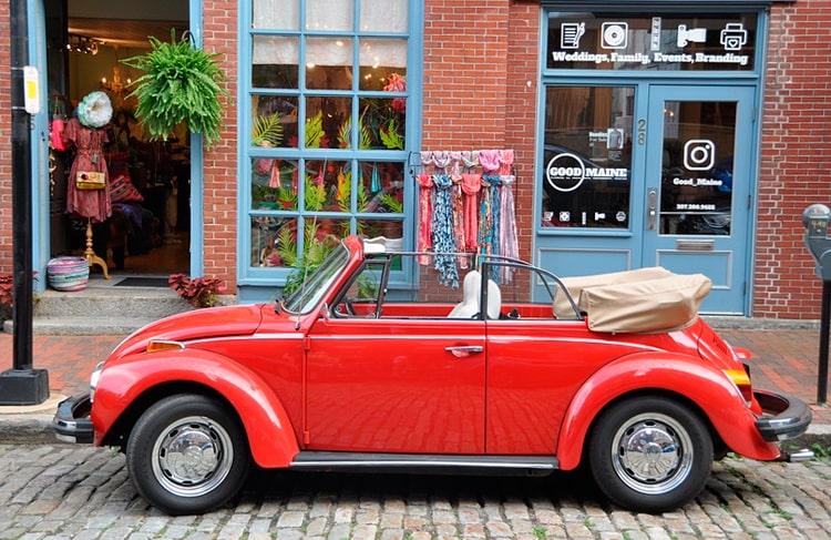 coche descapotable estacionado en calle