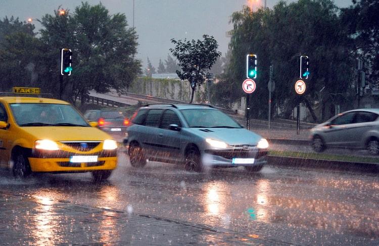 coches circulando con semaforo en verde