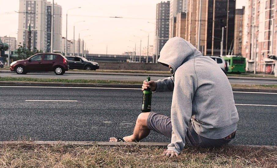 hombre consumiendo alcohol en la calle